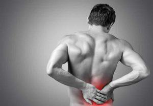 Ból pleców dotyka ludzi w każdym wieku. Sprawdź, jakie mogą być jego przyczyny