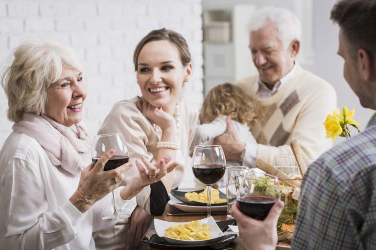 Urządzasz spotkanie w rodzinnym gronie? Podpowiadamy, jakie dania są odpowiednie na taką okazję