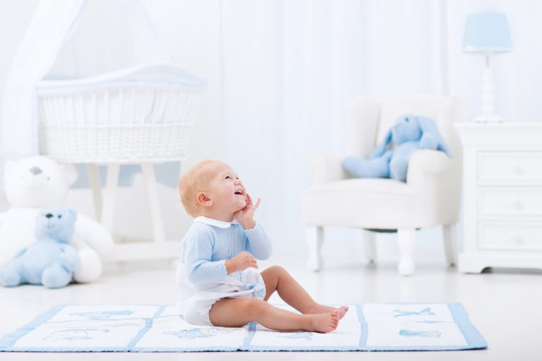 Przytulny azyl czy przestrzeń twórcza – jak urządzić pokój dla niemowlaka?