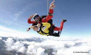 Ekscytujące skoki spadochronowe w tandemie – bez szkoleń!
