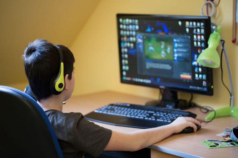 Jak oderwać dzieci od laptopa i zachęcić do zabaw na świeżym powietrzu?