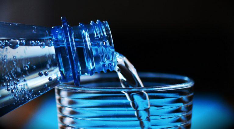 Woda mineralna czy źródlana? Poznaj zastosowanie i różnice