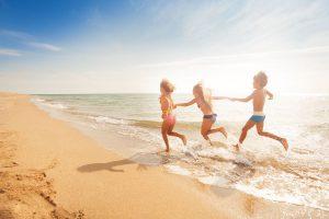 Na plażę z dziećmi – jak chronić je przed słońcem?