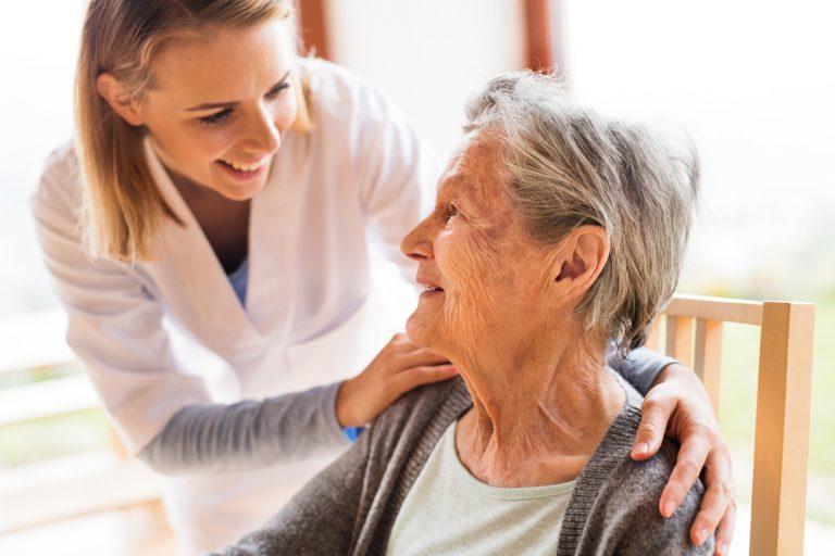 Dom opieki dla osób starszych – pobyt dzienny czy stały? Wybierz najlepszą opcję
