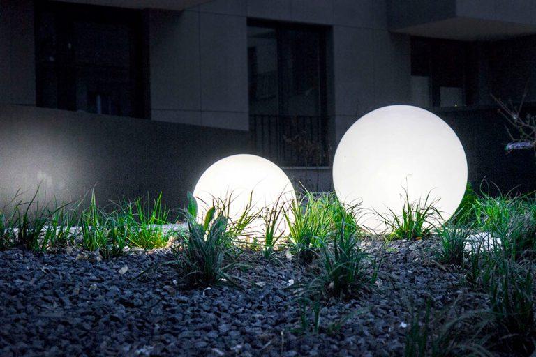 Kule solarne – sposób na dekoracje i oświetlenie ogrodu w jednym