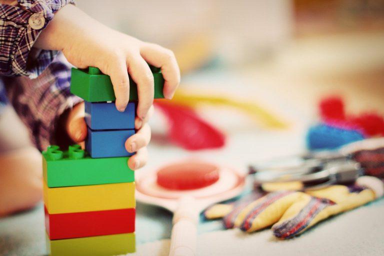 Jakie zabawki warto wybrać dla dziecka na prezent?