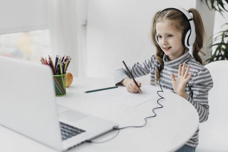 Uprzyjemnij dziecku naukę zdalną dzięki odpowiednim meblom młodzieżowym