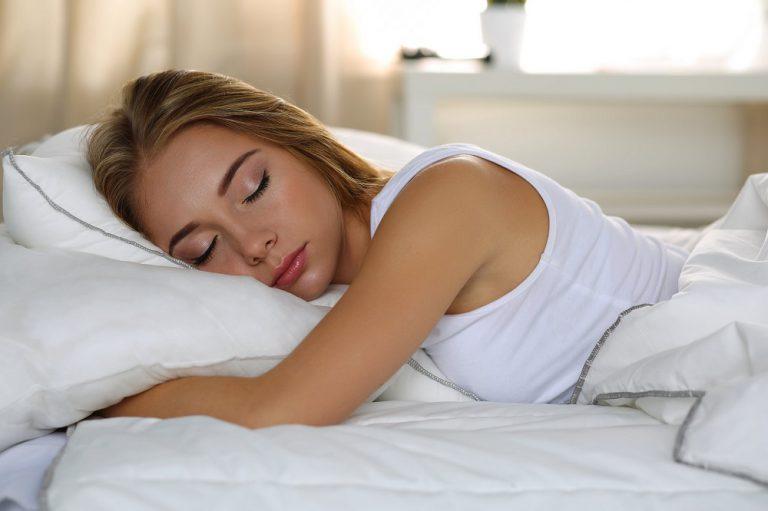 Poduszka ortopedyczna – niezbędne akcesorium do snu?