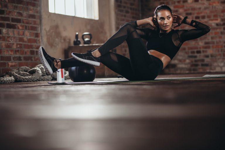 5 poranych ćwiczeń rozciągających na materacu gimnastycznym lub karimacie
