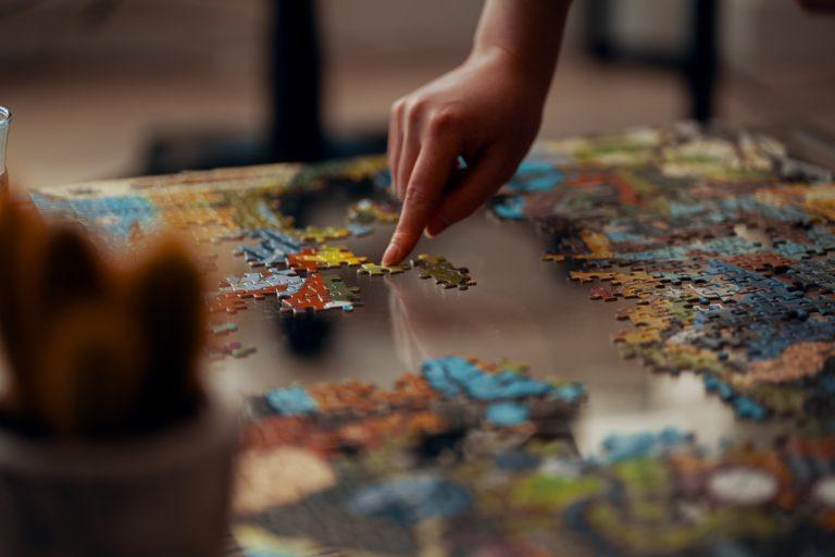 Puzzle dla dzieci i dorosłych – wielopokoleniowa zabawa dla całej rodziny