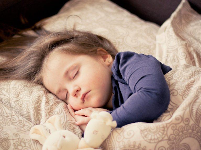 Akcesoria do łóżeczka niemowlaka, które warto mieć