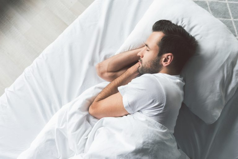 W jaki sposób melatonina pomaga zasnąć?